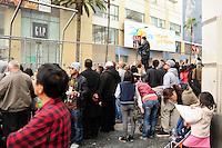 LOS ANGELES, EUA, 26.02.12 - CERIMONIA OSCAR  - segurança ao redor do Oscar revista qualquer pedestre que queira chegar próximo do Kodak Theater. Centenas de pessoas passam para na frente do teatro para ver apenas um grande tapete vermelho e uma cópia gigante da famosa estatueta, através de uma grade do outro lado da rua.FOTO: BRUNO MAESTRINI - BRAZIL PHOTO PRESS.