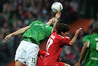 FUSSBALL   1. BUNDESLIGA   SAISON 2011/2012    12. SPIELTAG SV Werder Bremen - 1. FC Koeln                              05.11.2011 Sebastian PROEDL (li, Bremen) gegen Henrique SERENO (re, Koeln)