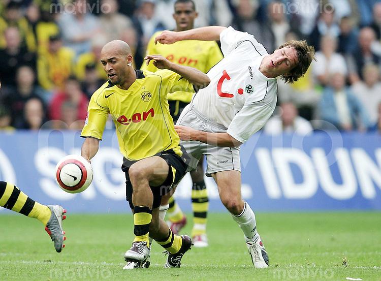 Fussball  1. Bundesliga Saison 2004/2005    3. Spieltag Borussia Dortmund - Hannover 96  1:1     Leonardo DEDE (li, Dortmund) im Zweikampf mit Daniel STENDEL (re, Hannover)