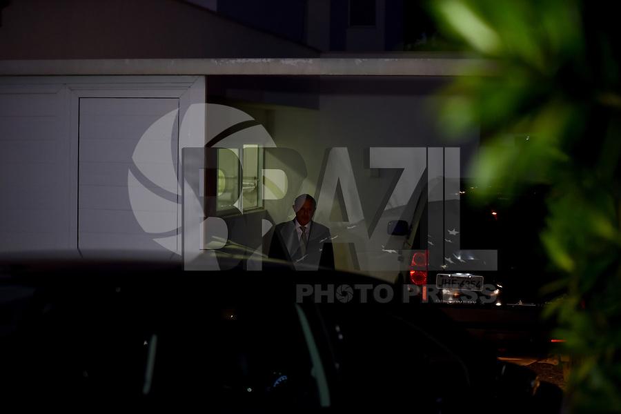 BRASÍLIA, DF, 20.06.2017 – AÉCIO-DF – Alberto Zacharias Toron, advogado de defesa do senador afastado Aécio Neves, em frente a casa do senador no Lago Sul em Brasília, após julgamento no Supremo Tribunal Federal nesta terça-feira, 20. (Foto: Ricardo Botelho/Brazil Photo Press)