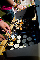 Dutch Poffertjes are beeing prepared during the culture festival day. Photo: Fredrik Sahlström/Scouterna