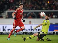FUSSBALL   1. BUNDESLIGA  SAISON 2012/2013   19. Spieltag   VfB Stuttgart  - FC Bayern Muenchen      27.01.2013 Torwart Sven Ulreich (re, VfB Stuttgart) rettet per Kopf gegen Mario Mandzukic (FC Bayern Muenchen)
