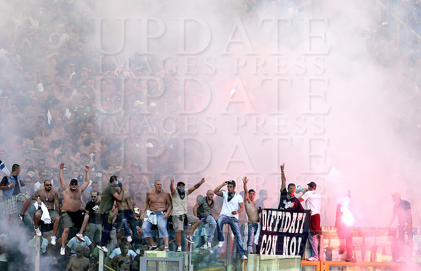 Calcio, Serie A: Roma vs Napoli. Roma, stadio Olimpico, 31 agosto 2008..Football, Italian serie A: Roma vs Napoli. Rome, Olympic stadium, 31 august 2008. Napoli supporters celebrate after their team scored..UPDATE IMAGES PRESS/Riccardo De Luca
