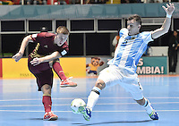 CALI -COLOMBIA-01-10-2016: Ivan Chishkala (Izq) jugador de Rusia disputa el balón con Maximiliano Rescia (Der) jugador de Argentina durante partido por la final de la Copa Mundial de Futsal de la FIFA Colombia 2016 jugado en el Coliseo del Pueblo en Cali, Colombia. / Ivan Chishkala (L) player of Russia fights the ball with Maximiliano Rescia (R) player of Argentina during match of final of the FIFA Futsal World Cup Colombia 2016 played at Metropolitan Coliseo del Pueblo in Cali, Colombia. Photo: VizzorImage/ Gabriel Aponte / Staff