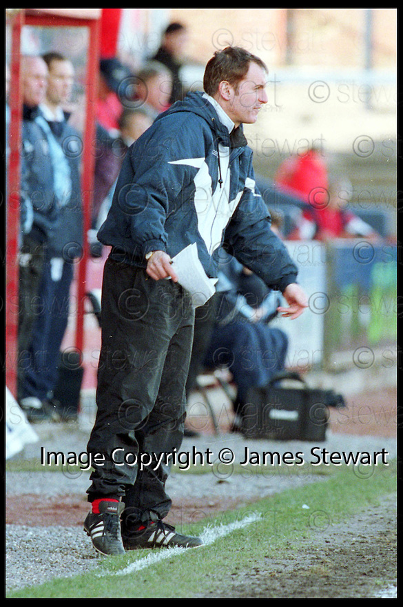 13th Mar 99                            Copyright Pic : James Stewart .Ref :  990164                         .File Name : stewart02-falkirk v st mirren 1303                        .ST MIRREN MANAGER TOM HENDRIE SHOUTS HIS INSTRUCTIONS.Payments to :-.James Stewart Photo Agency, Stewart House, Stewart Road, Falkirk. FK2 7AS      Vat Reg No. 607 6932 25.Office : 01324 630007        Mobile : 0421 416997.E-mail : JSpics@aol.com.If you require further information then contact Jim Stewart on any of the numbers above.........