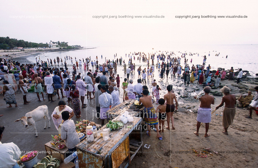 "Asien Indien IND Tamil Nadu Rameswaram .Hindu Pilger beim morgendkichen Bad im Meer vor Besuch des Ramanathaswamy Tempel -  Religion Hinduismus Hindus Wasser Hindu verehren Verehrung Glauben Gott Gottheit indisch Inder heilig Tradition traditionell Ritual rtuelles Bad baden Sonne Sonnenaufgang Kuh heilige Orte xagndaz | .Asia India Tamil Nadu Rameswaram .pilgrims at bath in the sea before visit of  Ramanathaswamy temple - religion hinduism hindu god religious sacred worship pilgrim devotee devotion bathing worship ocean sun sunrise .| [copyright  (c) agenda / Joerg Boethling , Veroeffentlichung nur gegen Honorar und Belegexemplar an / royalties to: agenda  Rothestr. 66  D-22765 Hamburg  ph. ++49 40 391 907 14  e-mail: boethling@agenda-fototext.de  www.agenda-fototext.de  Bank: Hamburger Sparkasse BLZ 200 505 50 kto. 1281 120 178  IBAN: DE96 2005 0550 1281 1201 78 BIC: ""HASPDEHH""] [#0,26,121#]"