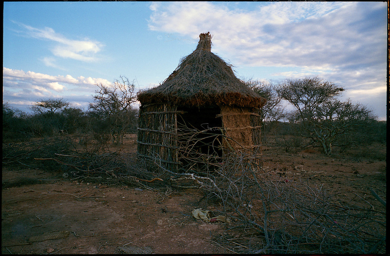 near Wajid, Somalia, March 2006.The persisting drought has pushed millions of semi-nomadic herdsmen away from their traditional lifestyle. An abandonned dwelling in the dried-out bush.