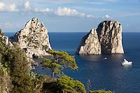 Italy, Campania, Capri: Faraglioni rocks   Italien, Kampanien, Provinz Neapel, Capri: Felsformation Faraglioni