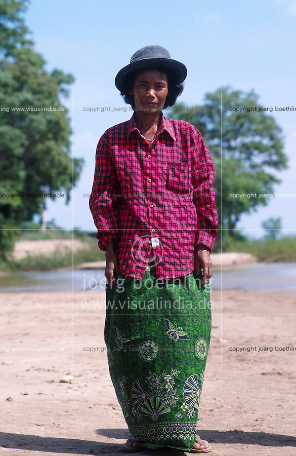 CAMBODIA Mekong River, portrait of woman at shore / KAMBODSCHA Mekong Fluss, Portraet einer Frau am Ufer