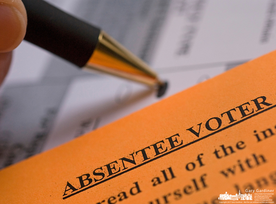 A woman fills out her Ohio 2006 general election absentee ballot.<br />
