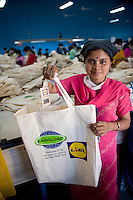 INDIA Miraj , factory Esteam produce fair trade cotton bags for discounter like Lidl / INDIEN Miraj , Textilfabrik Esteam fertigt u.a. fuer Lidl fairtrade Baumwolltaschen