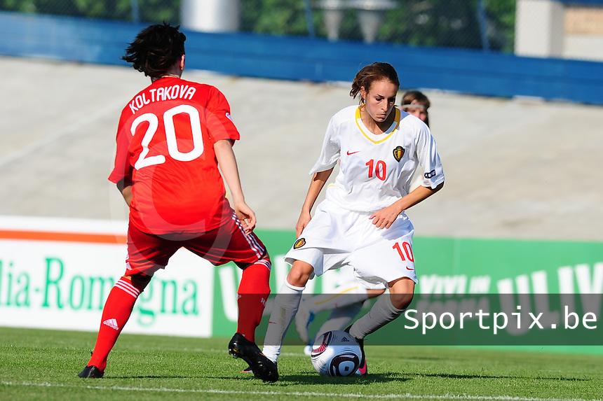 European Women's Under - 19 Championship 2011 Italy : Russia - Belgium U19 : Tessa Wullaert aan de bal voor Nadezhda Koltakova.foto DAVID CATRY / VROUWENTEAM.BE
