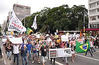 SAO PAULO, 23 DE FEVEREIRO DE 2013. - PROTESTO RENAN CALHEIROS - Grupo protesta contra a permanencia de Renan Calheiros na presidencia do Senado, na manha deste sabado, 23, na Avenida Paulista, regiao central da capital. Apos recolherem 1.600.000 assinaturas, grupo pede impeachmant do senador. (FOTO: ALEXANDRE MOREIRA / BRAZIL PHOTO PRESS)