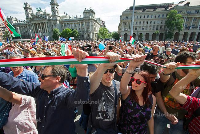UNGARN, 08.05.2018, Budapest V. Bezirk. Waehrend der erneuten Amtseinfuehrung von MP Viktor Orb&aacute;n demonstrieren tausende Menschen gegen den durch das manipulierte Wahlsystem ermoeglichten erneuten &ldquo;Zwei-Drittel-Sieg&ldquo; von Fidesz am 8. April. Die Menge bildet eine Menschenkette auf dem Kossuth-Lajos-Platz vor dem Parlament. | During the renewed inauguration of PM Viktor Orban several thousand people demonstrate against Fidesz' new &ldquo;two-third-supermajority&ldquo; facilitated by a manipulated election system on April 8. The crowd forms a human chain on Kossuth Lajos square in front of the parliament. <br /> &copy; Szilard Voros/estost.net