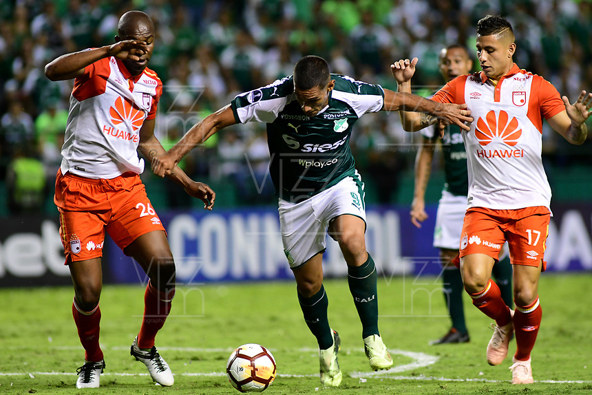 CALI -COLOMBIA ,30-10-2018:Jose Sand (Der.) jugador del Deportivo Cali  de Colombia disputa el balón con Javier Lopez (Izq.) y Juan Roa (Der) jugadores  del Independiente Santa Fe  de Colombia durante partido por los cuartos de final vuelta  de La Copa Conmebol Sudamericana 2018,jugado en el estadio Deportivo Cali  de la ciudad de Palmaseca./Jose Sand (Center) Player of Deportivo Cali of Colombia disputes the ball with Javier Lopez (Left) and Juan Roa (R)  players of Independiente Santa Fe  of Colombia during second game for the quarter finals of the Conmebol Sudamericana Cup  2018, played at the Deportivo Cali  stadium in Palmaseca  city. Photo: VizzorImage/ Nelson Rios  / Contribuidor