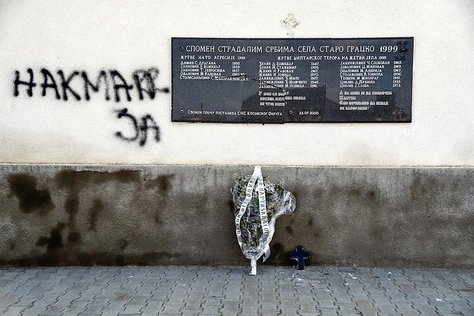 Wahscheinlich durch albaniche Extremisten beschädigte Gedenktafel, die an ermordete Serben im Zug der  Vertreibung  erinnert. /  durch Serbische Reisegruppe in serbischen Enklaven im Kosovo, mitorganisiert von Branka Krneta, einer25-jährigen Serbin. Sie fahren an historisch serbisch dominierte Orte. Die Teilnehmer stehen meist der nationalistischen Organisation Kosmet nahe und sehen Kosovo als Teil Serbiens. / damaged plaque on the wall with the   5 names of the 1999 bombarding of serbia victims, and 14 names of villagers massacred during the harvest in july of 1999<br /> it is belived that albanian extremist damaged the plaque out of disrespect towards those victims<br /> in the place of STARO GRACKO