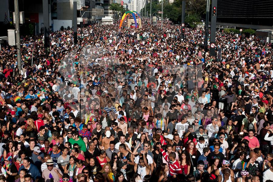SAO PAULO, SP, 10 DE JUNHO 2012 - PARADA LGBT SAO PAULO - Participantes concentram-se na Avenida Paulista, em São Paulo, para o início da 16º Parada do Orgulho LGBT (Lésbicas, Gays, Bissexuais, Travestis, Transexuais e Transgêneros). (FOTO: VAGNER CAMPOS / BRAZIL PHOTO PRESS).