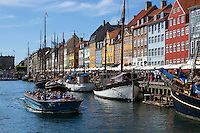 Denmark, Zealand, Copenhagen: Tour boat along Nyhavn (New Harbour) canal lined with boats and former merchant's houses | Daenemark, Insel Seeland, Kopenhagen: Nyhavn, Hafenrundfahrt mit kleinen Ausflugsschiffen
