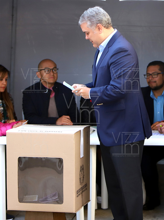 BOGOTÁ-COLOMBIA, 27-10-2019: Iván Duque Márquez, Presidente de Colombia, ejerce su derecho al voto en La Plaza de Bolívar, durante la jornada de Elecciones Autoridades Territoriales 2019. / Ivan Duque Marquez, President of Colombia, exercises their right to vote in the Plaza de Bolívar, during the day of Elections Territorial Authorities 2019. / Photo: VizzorImage/ Luis Ramírez / Staff.