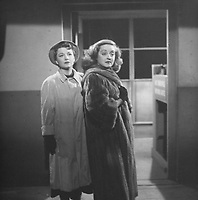 All About Eve (1950)<br /> Bette Davis &amp; Anne Baxter  <br /> *Filmstill - Editorial Use Only*<br /> CAP/KFS<br /> Image supplied by Capital Pictures