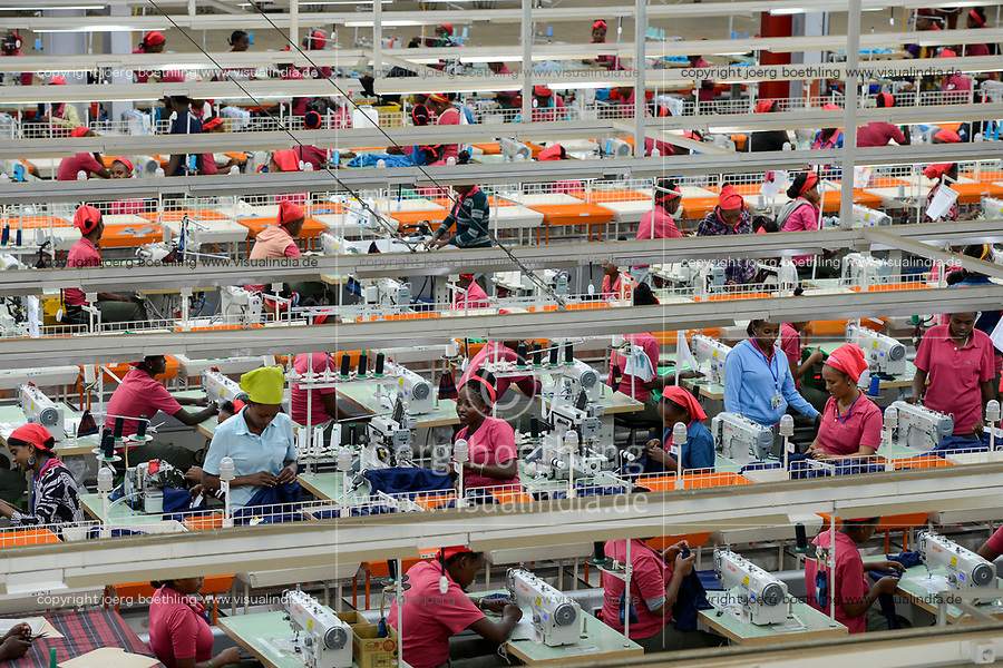 ETHIOPIA , Southern Nations, Hawassa or Awasa, Hawassa Industrial Park, chinese-built for the ethiopian government to attract foreign investors with low rent and tax free to establish a textile industry and create thousands of new jobs, taiwanese company Everest Textile Co. Ltd.produces textiles from synthetic fabric for export / AETHIOPIEN, Hawassa, Industriepark, gebaut durch chinesische Firmen fuer die ethiopische Regierung um die Hallen fuer Textilbetriebe von Investoren zu vermieten, taiwanesische Firma Everest Textile Co. Ltd. produziert Textilien aus synthetischen Stoffen fuer den Export