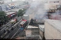 BELO HORIZONTE,MG, 17.02.2017 – INCENDIO - MG – Corpo de Bombeiro de Minas Gerais tenta controlar incêndio em ferro velho na avenida Pedro Segundo II, no bairro Bonfim, em Belo Horizonte, nesta sexta-feira, 17 (Foto: Doug Patricio/Brazil Photo Press)