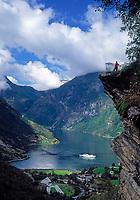 Norwegen, More og Romsdal, Geiranger am Geirangerfjord mit einem Kreuzfahrtschiff | Norway, More og Romsdal, Geiranger at Geirangerfjord with cruise ship