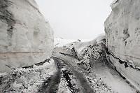 Geländewagen, Geländebus bringt Touristen mit Schneeketten an den Gipfel des Etna, Piste, Weg führt durch hohen Schnee, Ätna, Etna, Lavagestein, Vulkan, karge Vulkanlandschaft, Italien, Sizilien, Mount Etna, volcano