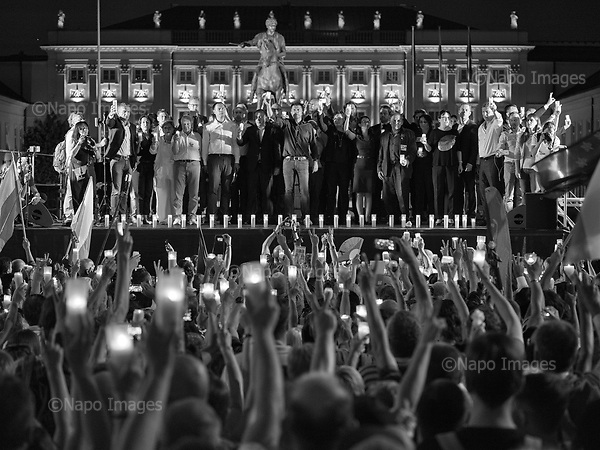 Warsaw 20/07/2017 Poland<br /> Anti-Pis government protesters during evening rally by the Presidential Palace, are listening to the opposition leaders, after the bill to change the way of electing the Supreme Court judges, which curbs rule of law in Poland has been passed.<br /> Photo: Adam Lach / Napo Images<br /> <br /> Warszawa, 20/07/2017<br /> &quot;Swiatelko&quot;, protestujacy pod palacem prezydenckim po tym jak ustawa zmieniajaca sposob wybierania sedziow Sadow Najwyzszego zostala uchwalona.<br /> Fot: Adam Lach / Napo Images