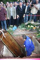SÃO PAULO, SP, 04 DE MAIO DE 2012 –ENTERRO DO CANTOR TINOCO- O corpo do cantor Tinoco é sepultado no cemitério São Pedro, Vila Alpina em São Paulo.  FOTO DENIS OLIVEIRA / BRAZIL PHOTO PRESS