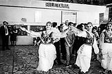 Eine Hochzeit in der Bahnhofshalle von Tirana im traditionellen städtischen Kostüm der Hauptstadt. Im Hintergrund der Fahrkartenschalter.
