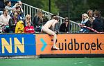 BLOEMENDAAL   - Hockey -  3e en beslissende  wedstrijd halve finale Play Offs heren. Bloemendaal-Amsterdam (0-3).  Streakers tijdens de wedstrijd.   Amsterdam plaats zich voor de finale.  COPYRIGHT KOEN SUYK