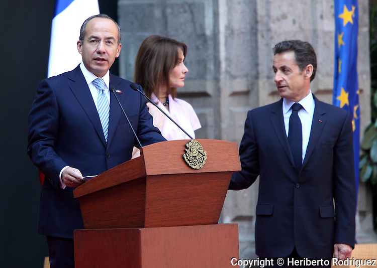 Mexican President Felipe Calderon (L) addresses a welcome speech to French President Nicolas Sarkozy and his wife Carla Bruni (C) during the official reception at the National Palace in Mexico City, March 9, 2009. President Sarkozy is in an official visit to Mexico. Photo by Heriberto Rodriguez
