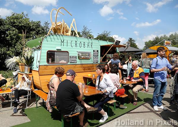 Festival in Amsterdam, De Rollende Keukens.  Rijdende keukens waar bijzondere snacks worden verkocht, zoals gefrituurde sprinkhanen of vegetarische gyros. De Microbar