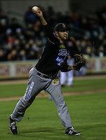 Salvador Valdez pitcher abridor de Tomateros hace tiro a primera base  , durante el tercer juego de la Serie entre Tomateros de Culiacán vs Naranjeros de Hermosillo en el Estadio Sonora. Segunda vuelta de la Liga Mexicana del Pacifico (LMP) **26Dici2015.<br /> **CreditoFoto:LuisGutierrez<br /> **<br /> Shares during the third game of the series between Culiacan Tomateros vs Orange sellers of Hermosillo in Sonora Stadium. Second round of the Mexican Pacific League (PML)