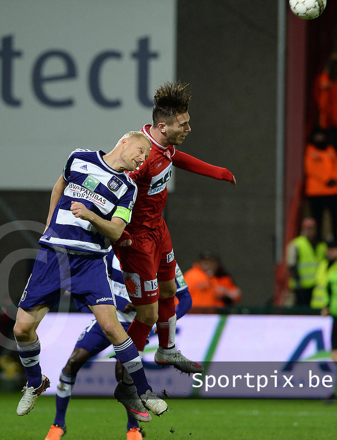 KV Kortrijk - RSC Anderlecht : kopduel tussen Bram Nuytinck (links) en Thanasis Papazoglou (r) <br /> Foto VDB / Bart Vandenbroucke