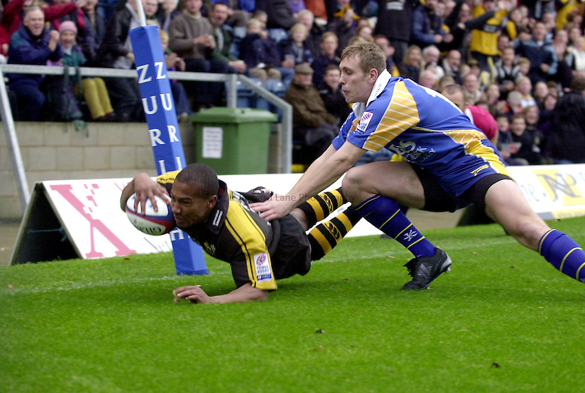 Photo. Richard Lane.London Wasps v Leeds Tykes. Zurich Premiership. 24/11/2002..Shane Roiser dives in for a try.