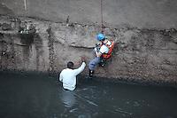 FOTO EMBARGADA PARA VEICULOS INTERNACIONAIS. SAO PAULO, SP, 22/09/2012, RESGATE HOMEM EM RIO. No inicio da Manha desse Sabado (22) os Bombeiros foram acionados para resgatar um homem que estava dentro do Rio Tamanduatei nas proximidades da Rua Sao Caetano. A vitima foi socorrida ao hospital com principio de hipotermia. Luiz Guarnieri/ Brazil Photo Press.