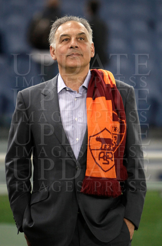 Calcio, Serie A: Roma vs Lazio. Roma, Stadio Olimpico, 8 aprile 2013..AS Roma president James Pallotta, of the United States, stands on the pitch prior to the start of the Italian serie A football match between A.S. Roma  and Lazio at Rome's Olympic stadium, 8 april 2013..UPDATE IMAGES PRESS/Isabella Bonotto