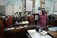 TANZANIA Dodoma, railway control center at railway station, built during german colonial time / TANSANIA Dodoma, Stadt wurde 1907 von deutschen Kolonisten gegruendet, Stellwerk des Bahnhof der Tanganjikabahn, das zweite Bahnprojekt der Kolonie Deutsch-Ostafrika, Bau der Gesamtstrecke von Dar nach Kigoma von 1904 - 1914 durch die Ostafrikanische Eisenbahngesellschaft (OAEG)