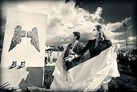 """Daniela Poggi-Goodwill ambassador di Unicef Italia-scopre la scultura """"light-gli angeli della luce"""" realizzata da Arturo Casanova in memoria delle vittime innocenti della camorra al """"Parco della legalità"""" di Casapesenna. Accanto a lei Giovanni Allucci-amministratore delegato di Agrorinasce."""