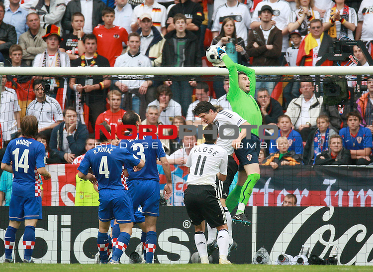 UEFA Euro 2008 Group B Klagenfurt - W&ouml;rthersee Match 11  Stadion Woerthersee<br /> Kroatien ( CRO ) - Deutschland ( GER ) <br /> <br /> Stipe Pletikosa ( Croatia / Torh&uuml;ter / Goalkeeper /  Spartak Moskva #1) rettet vor Mario Gomez ( Germany / Angreifer / Forward / VFB Stuttgart #9) und Miroslav Klose ( Germany / Angreifer / Forward /  Bayern Muenchen #11) - li Josip Simunic ( Croatia  / Verteidiger / Defender / Hertha BSC #3) Robert Kovac ( Croatia  / Verteidiger / Defender / Borussia Dortmund #4) und   Luka Modric ( Croatia / Mittelfeldspieler / Midfielder / Tottenham Hotspur  #14 ) <br /> <br /> Foto &copy; nph (  nordphoto  )<br /> <br /> <br /> <br />  *** Local Caption ***