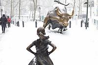 NEW YORK, NY, 14.03.2017 - CLIMA-NEW YORK - Vista da estatua Fearless Girl e Charging Bull em Wall Strett durante a Nevasca Stella considerada a maior tempestade de neve dos últimos anos provocando cancelamento de quase 7.000 voos segundo a CNN. A Times Square fica localizada em Manhattan em New York nos Estados Unidos. (Foto: William Volcov/Brazil Photo Press)