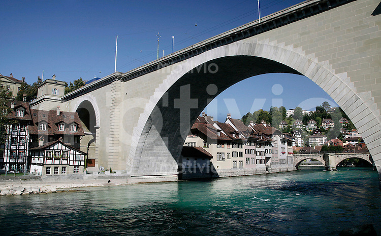 BERN, Fussball, Euro 2008 Vorschau, Staedte, Bern,Die Nydeggbruecke (erbaut 1844) ueber die Aare mit Fachwerkhaeusern links ,Foto:Pressefoto Ulmer/Schaadfoto/Andreas Schaad PUBLICATION NOT IN AUT