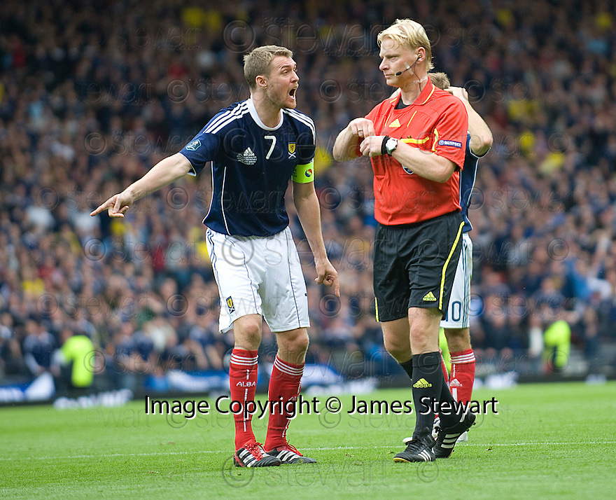 DARREN FLETCHER ARGUES WITH REFEREE KEVIN BLOOM AFTER HE BOOKED CHRISTOPHE BERRA FOR DIVING IN THE PENALTY BOX IN THE FINAL SECONDS OF THE GAME