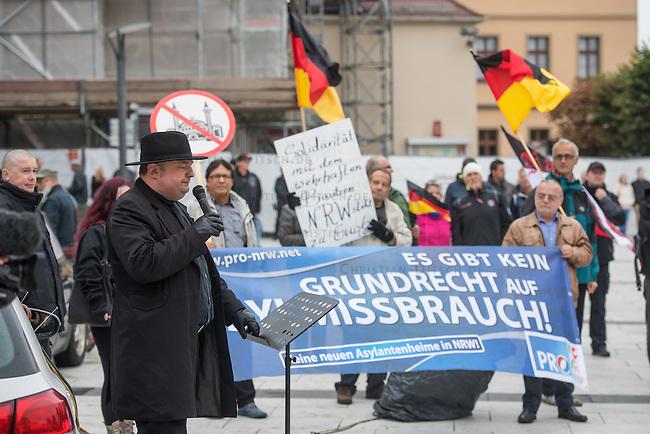 Rechte demonstrieren in Bautzen gegen Fluechtlinge.<br /> Am Sonntag den 18. September 2016 versammelten sich im saechsischen Bautzen ca. 120 Rechte zu einem Kundgebung mit anschliessender Demonstration um gegen Fluechtlinge zu demonstrieren. Sie riefen Parolen gegen Fluechtlinge und gegen Angela Merkel und beschimpften Medienvertreter als &quot;Volksverraeter&quot;.<br /> Nach Aussagen von Anwohnern waren nur etwa 15 Teilnehmer aus Bautzen. Bautzener Rechtsextreme hatten zuvor aufgerufen, sich vorerst nicht an Demonstrationen zu beteiligen, bis ein von ihnen an die Stadtverwaltung gestelltes Ultimatum, zu Loesung der Fluechtlingsfrage verstrichen ist.<br /> Im Bild: Der Dresdner &quot;Pegida-Anwalt&quot; Jens Lorek.<br /> Im Hintergrund: Eine Handvoll Mitglieder der Kleinstpartei PRO-NRW ist eigens fuer diesen Tag nach Bautzen gereist.<br /> 18.9.2016, Bautzen/Sachsen<br /> Copyright: Christian-Ditsch.de<br /> [Inhaltsveraendernde Manipulation des Fotos nur nach ausdruecklicher Genehmigung des Fotografen. Vereinbarungen ueber Abtretung von Persoenlichkeitsrechten/Model Release der abgebildeten Person/Personen liegen nicht vor. NO MODEL RELEASE! Nur fuer Redaktionelle Zwecke. Don't publish without copyright Christian-Ditsch.de, Veroeffentlichung nur mit Fotografennennung, sowie gegen Honorar, MwSt. und Beleg. Konto: I N G - D i B a, IBAN DE58500105175400192269, BIC INGDDEFFXXX, Kontakt: post@christian-ditsch.de<br /> Bei der Bearbeitung der Dateiinformationen darf die Urheberkennzeichnung in den EXIF- und  IPTC-Daten nicht entfernt werden, diese sind in digitalen Medien nach &sect;95c UrhG rechtlich geschuetzt. Der Urhebervermerk wird gemaess &sect;13 UrhG verlangt.]