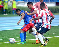 BARRANQUILLA - COLOMBIA - 19 - 11 - 2017: Marlon Piedrahita (Cent.) y Jarlan Barrera (Der.) jugadores de Atletico Junior disputan el balón con Harrinson Canchimbo (Izq.) jugador de Deportivo Pasto durante partido de la fecha 20 entre Atletico Junior y Deportivo Pasto por la Liga Aguila II - 2017, jugado en el estadio Metropolitano Roberto Melendez de la ciudad de Barranquilla. / Marlon Piedrahita (C) and Jarlan Barrera (R) players of Atletico Junior vie for the ball with Harrinson Canchimbo (L) player of Deportivo Pasto during a match of the date 20th between Atletico Junior and Deportivo Pasto for the Liga Aguila II - 2017 at the Metropolitano Roberto Melendez Stadium in Barranquilla city, Photo: VizzorImage  / Alfonso Cervantes / Cont.