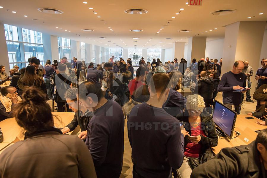 NEW YORK, NY, 19.03.2017 - APPLE-NEW YORK  - Consumidores são vistos na Apple da Quinta Avenida em Manhattan na cidade de New York neste domingo, 19. (Foto: Vanessa Carvalho/Brazil Photo Press)