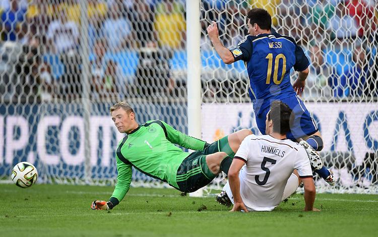 FUSSBALL WM 2014                FINALE Deutschland - Argentinien     13.07.2014 Torwart Manuel Neuer (li) und Benedikt Hoewedes (re, Deutschland) gegen Lionel Messi (Mitte, Argentinien)