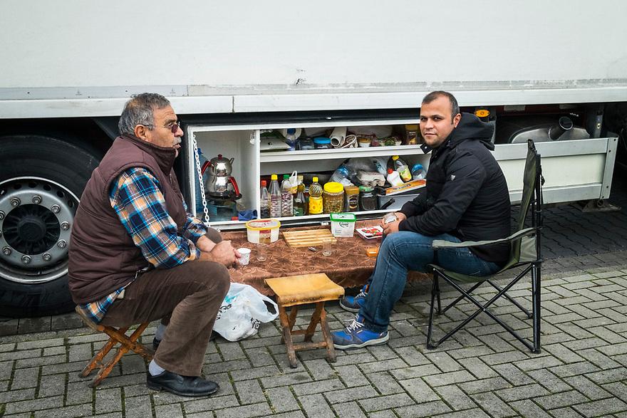 Duitsland,   20171103<br /> Truckers bereiden onderweg koffie en lunch in hun keukentje dat onder de vrachtwagen gemonteerd is. <br /> <br /> Foto: (c)Michiel Wijnbergh